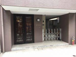 TJKビルのエントランスです。左手のドアを押して中に入ってください。