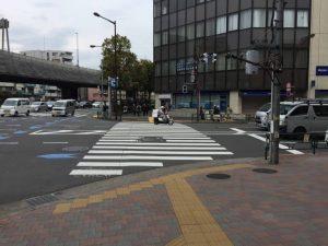江戸川橋の交差点を渡らずに右折します。