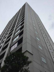 アインスタワー新宿山吹(24階建て)が右手に見えます。タワーの手前で右折します。