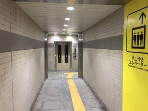 改札を出て1b出口方向にしばらく進むと左手にエレベーターが見えます。