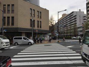 江戸川橋の交差点を渡って左折します。少し進むとアインスタワー新宿山吹(24階建て)が右手に見えますので、あとはその1の道順と同じです。